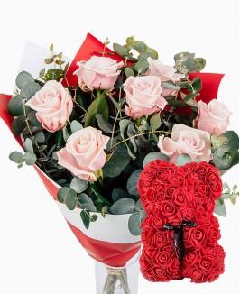 Švelniai rožinių rožių puokštė su gėlių meškiuku