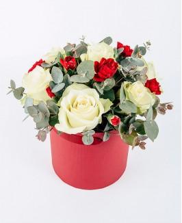 Raudona gėlių dėžutė su baltomis rožėmis