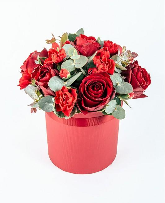 Valentino dienos gėlių dėžutė su raudonomis rožėmis