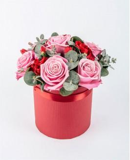 Gėlių dėžutė su švelniai rožinėmis rožėmis